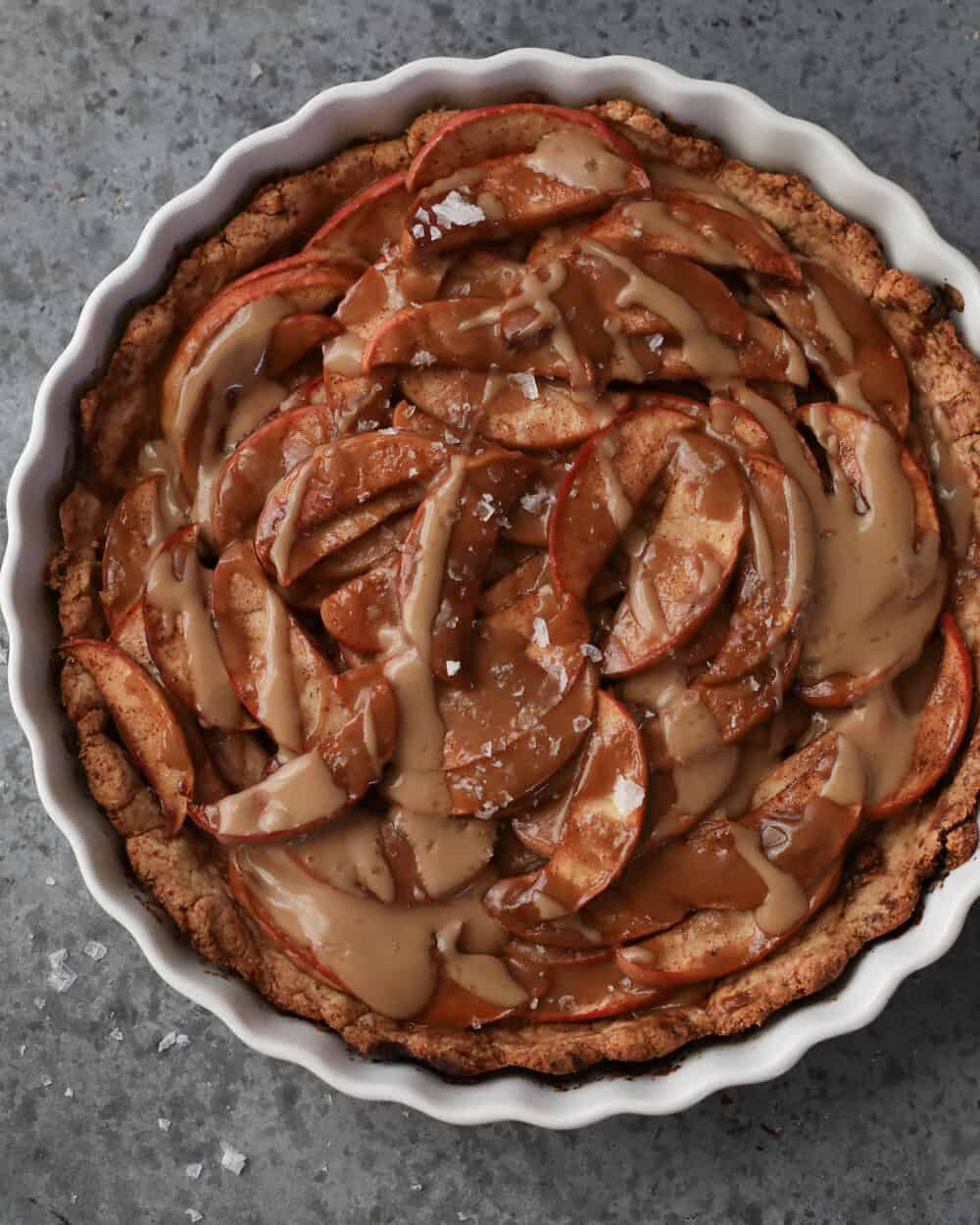 PALEO SEA SALT CARAMEL APPLE TART - INGREDIENTSFOR THE CRUST:1 1/4 cups almond flour1/2 cup arrowroot flour 3 tb coconut flour1 tsp cinnamon1/4 cup coconut sugar1/4 cup ghee, NOT melted1 eggFOR THE TOPPING:3 apples of choice (I like Fuji, but pink lady is another great option)Juice of one small lemon2 tb arrowroot flour1 tsp cinnamon1/4 nutmeg3 tb coconut sugarFOR THE GLAZE:1 can full fat coconut milk1/4 cup coconut sugar1 tsp vanilla extract1/4 tsp sea salt