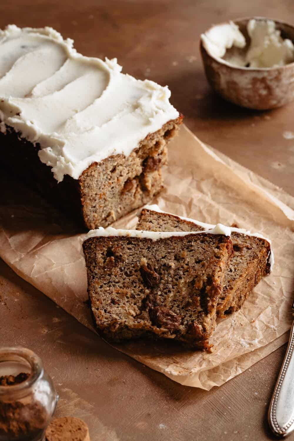 PALEO CARROT CAKE BANANA BREAD - INGREDIENTS3 eggs⠀⠀2 super ripe bananas⠀⠀2 1/4 cups almond flour ⠀⠀1/4 cup coconut sugar⠀⠀1/2 tsp baking soda⠀⠀1 tsp baking powder⠀⠀pinch salt⠀⠀1/4 cup raisins⠀⠀3/4 cup grated carrots (about 3)⠀⠀2 tb Primal Palate apple pie spice (or 1 tb cinnamon, 1/4 tsp nutmeg)⠀⠀1/4 cup coconut oil, melted⠀⠀3/4 container Simple Mills vanilla frosting⠀⠀